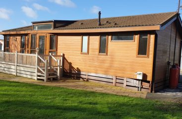 log cabin holidays lincolnshire, holiday log cabins lincolnshire, glamping pods with hot tub